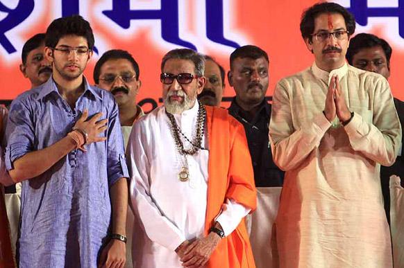 एक रैली में पुत्र उद्धव एवं पोते आदित्य ठाकरे के साथ बाल ठाकरे।