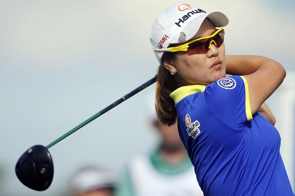 नेपल्स में एलपीजीए टाइटलहोल्डर्स गोल्फ टूर्नामेंट के दौरान शॉट लगाती सो योन रू।