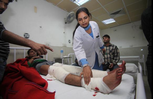 शनिवार शाम को जम्मू के बाहरी इलाके में हुए ग्रेनेड विस्फोट में एक व्यक्ति की मौत हो गई जबकि पांच अन्य घायल हो गए। घायलों को उपचार के लिए अस्पताल में भर्ती कराया गया है।