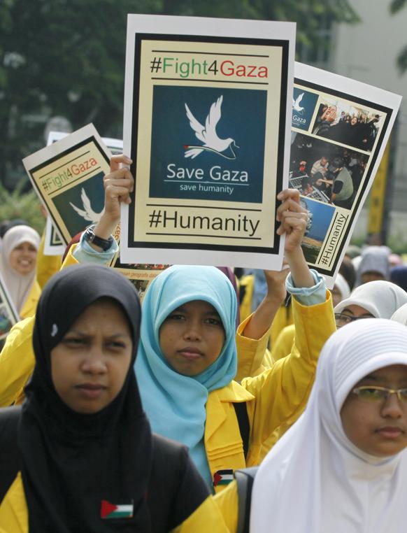 गाजा पर इजरायल के हवाई हमले का जकार्ता में विरोध प्रदर्शन करते मुस्लिम।