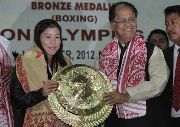 गुवाहाटी में महिला मुक्केबाज मैरी कॉम को स्मृति चिन्ह देकर सम्मानित करते असम के मुख्यमंत्री तरुण गोगोई।