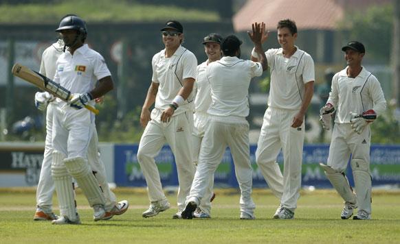 गाले में पहले टेस्ट मैच के दूसरे दिन कुमार संगकारा के आउट होने पर खुशी मनाते न्यूजीलैंड के खिलाड़ी।