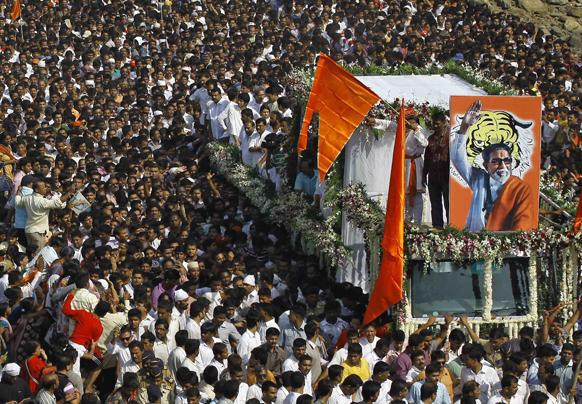 मुम्बई में शिव सेना प्रमुख बाल ठाकरे की अंतिम यात्रा में उमड़ा जनसैलाब।