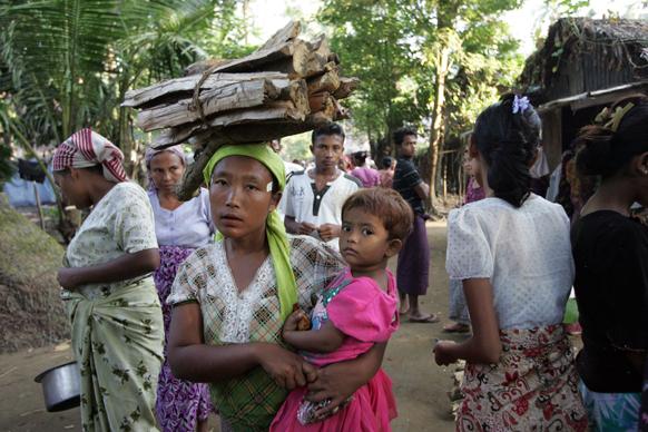 म्यांमार के रखीने प्रांत में बनाए गए राहत शिविर में मुस्लिम समुदाय ने शरण ले रखी है।