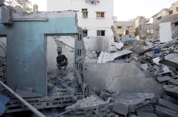 गाजा पट्टी पर इजरायल के हवाई हमले के बाद क्षतिग्रस्त मकान।