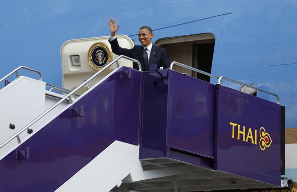 बैंकाक में हवाईअड्डे पर एयर फोर्स वन से उतरते अमेरिकी राष्ट्रपति बराक ओबामा।
