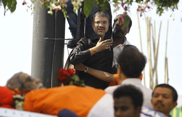 बाल ठाकरे को अंतिम विदाई देता एक मुम्बईवासी।