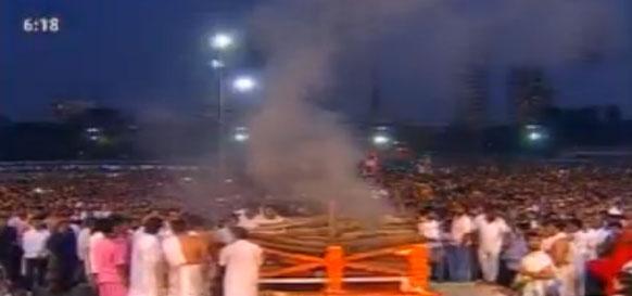 शिवाजी पार्क में लाखों लोगों का जनसैलाब उमड़ पड़ा था।