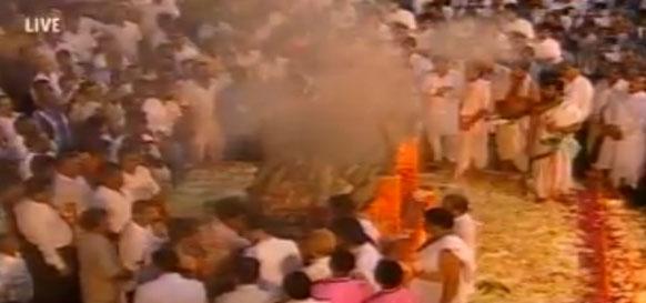 शिवाजी पार्क में शिव सेना प्रमुख बाल ठाकरे की अंत्येष्टि।