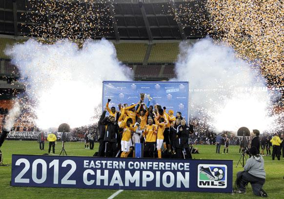 MLS  फुटबॉल कप जीतने के बाद जश्न मनाती विजेता टीम।
