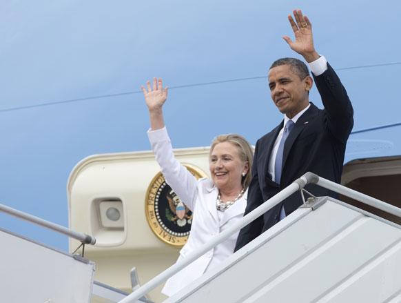 यंगून के एयरपोर्ट पर उतरते अमेरिकी राष्ट्रपति बराक ओबामा और विदेश मंत्री हिलेरी क्लिंटन।