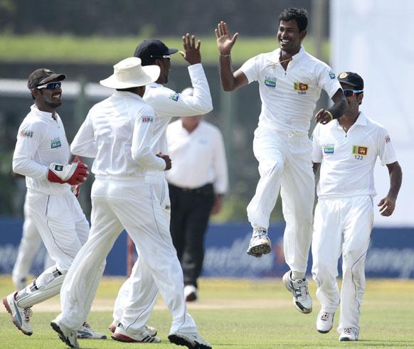 श्रीलंका के गाले में कुलासेकारा न्यूजीलैंड का विकेट लेने के बाद खुशी से उछलते हुए।