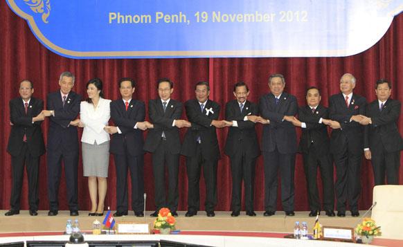 ASEAN  नेताओं के साथ दक्षिण कोरियाई राष्ट्रपति ल म्यूंग बैक।