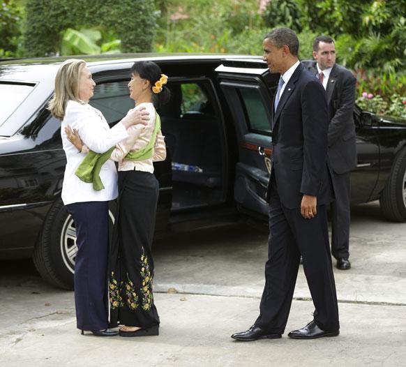 अमेरिकी राष्ट्रपति बराक ओबामा, विदेश मंत्री हिलेरी क्लिंटन यंगून में विपक्षी नेता सू ची से मिलते हुए।