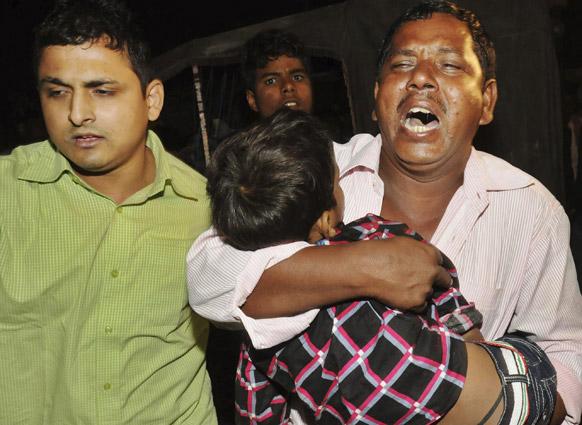 पटना में छठ पूजा के दौरान अपने बच्चे की मौत के बाद विलाप करता पिता।