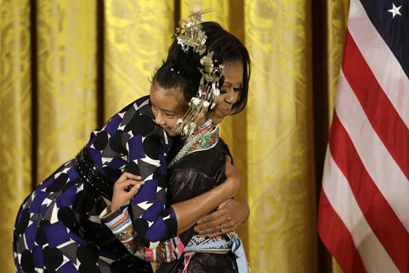 वाशिंगटन में अवार्ड समारोह के दौरान एक बच्चे को गले लगाती अमेरिका की प्रथम महिला मिशेल ओबामा।