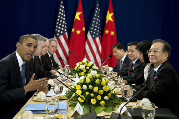कंबोडिया में इस्ट एसिया समिट के दौरान अमेरिकी राष्ट्रपति बराक ओबामा और चीन के वेन जियाबाउ।