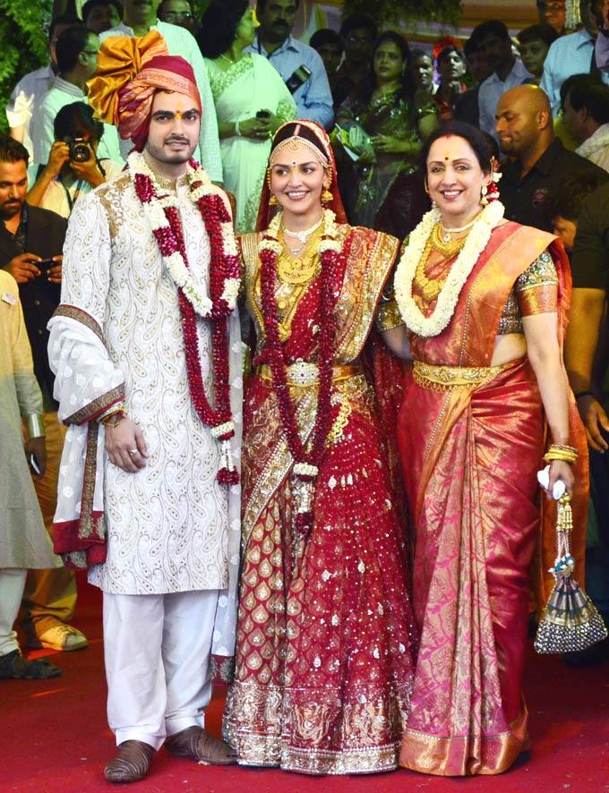हेमा मालिनी की बेटी ईशा देयोल ने अपनी शादी के मौके पर नीता लूला के डिजाइन किए साड़ी को पहना।