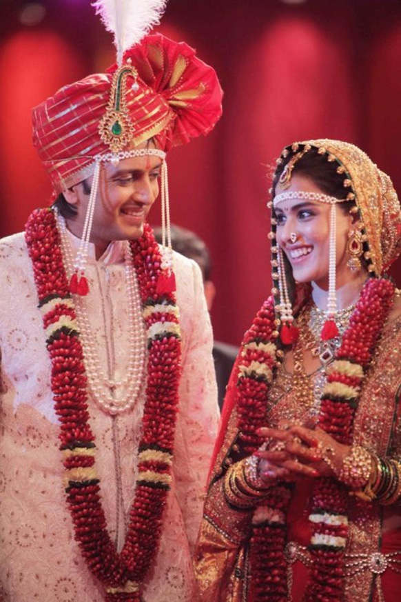 महाराष्ट्रियन शैली में शादी के मौके पर जेनेलिया डिसूजा ने कुंदन वर्क किया हुआ शानदार साड़ी पहनी।
