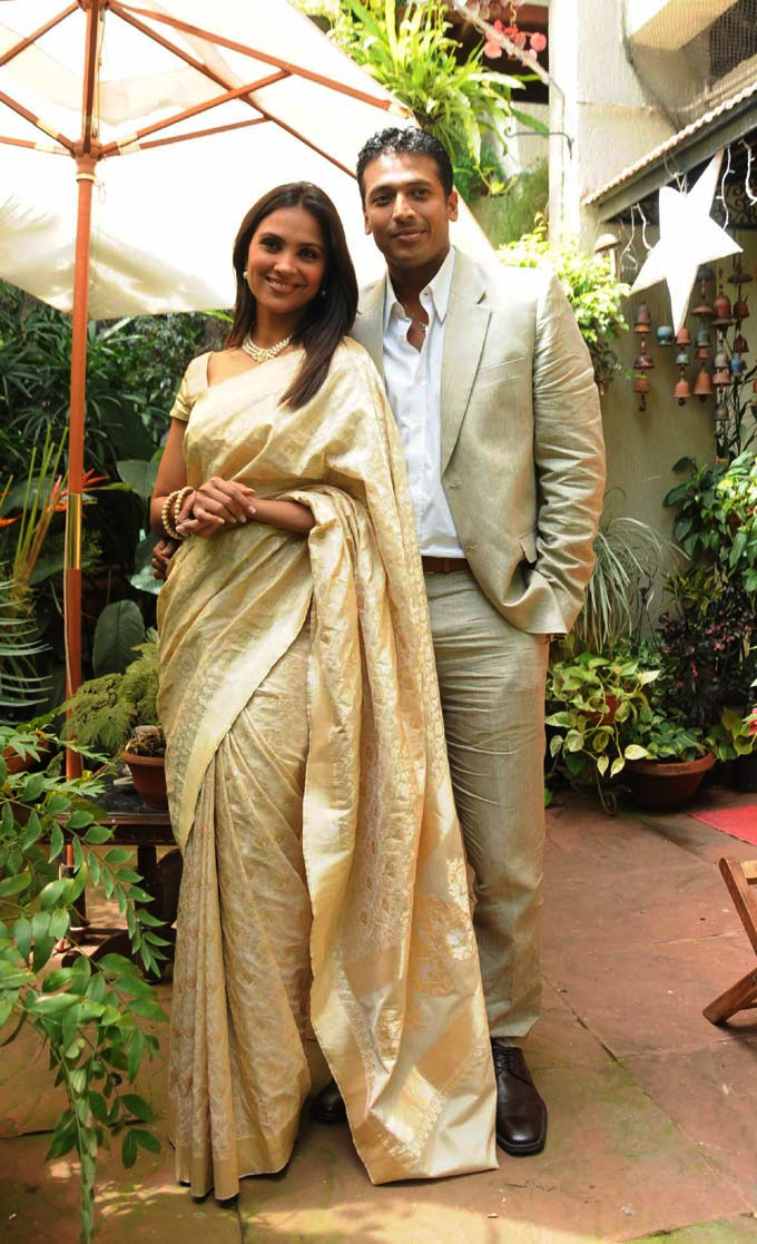 क्रीम रंग की साड़ी पहने लारा दत्ता पति महेश भूपति के साथ।