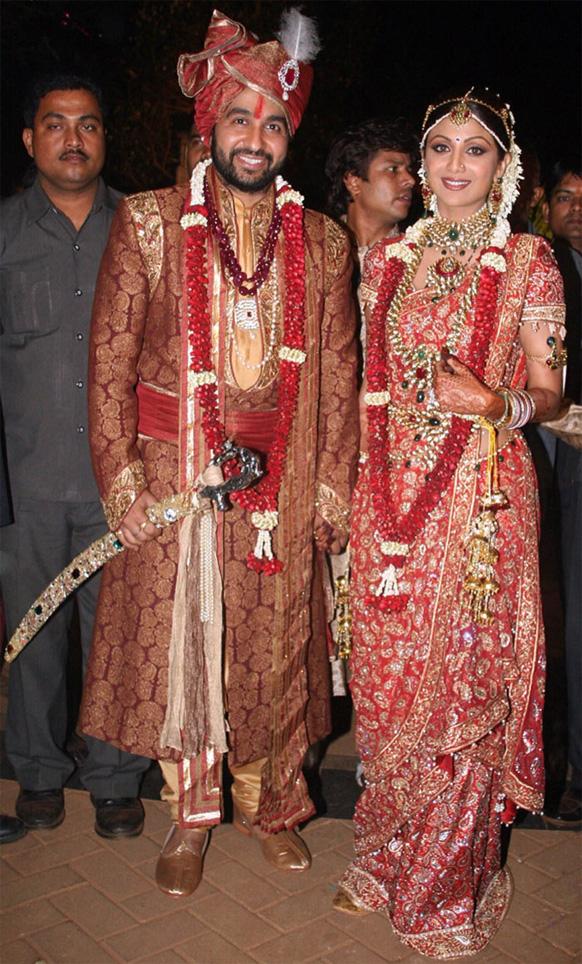 बॉलीवुड अभिनेत्री शिल्पा शेट्टी ने राज कुंद्रा के साथ शादी की। इस मौके पर शिल्पा ने तरुण ताहिलयानी के डिजाइन किए आकर्षक लाल रंग की साड़ी पहनी।