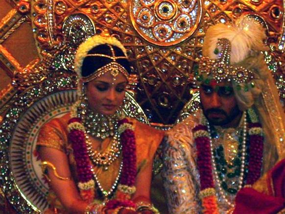 अभिषेक बच्चन के साथ सात फैरे लेने के बाद कांजीवरम साड़ी पहने दुल्हन ऐश्वर्या।