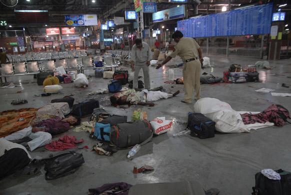 फाइल- कसाब की गोलियों से मुंबई के सीएसटी टर्मिनल पर मारे गए लोग।