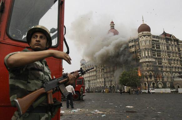 फाइल- जब ताज होटल को आतंकियों ने आग के हवाले कर दिया था।