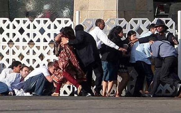 फाइल- कसाब सहित आतंकवादियों ने जब हमला किया था तब कुछ लोग ताज महल होटल के पीछे जान बचाने के लिए छुप गए थे।