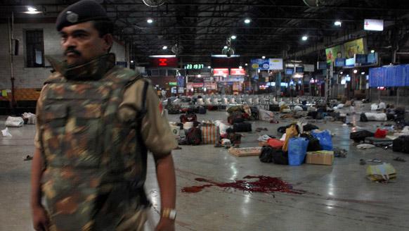 यह फाइल फोटो 26 नवंबर, 2008 की है जब कसाब सहित कई दहशतगर्दों ने मुंबई के शिवाजी टर्मिनल पर कत्लेआम मचाया था।