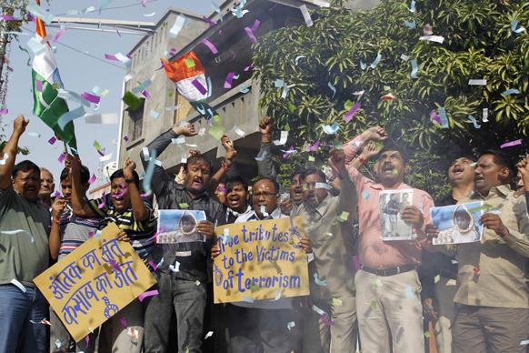 गुजरात के अहमदाबाद में कसाब की फांसी की खबर को सुनते ही जश्न मनाने के लिए लोग सड़कों पर आ गए।