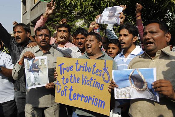 अहमदाबाद में कसाब को फांसी दिए जाने के बाद जश्न मनाते लोग।