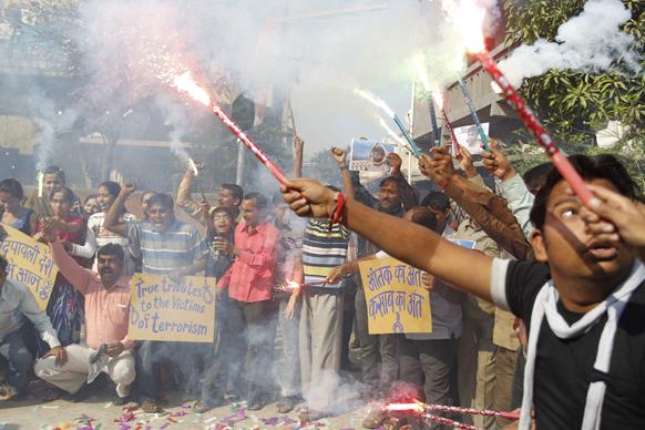 अहमदाबाद मे कसाब को फांसी दिए जाने के बाद जश्न मनाते लोग।