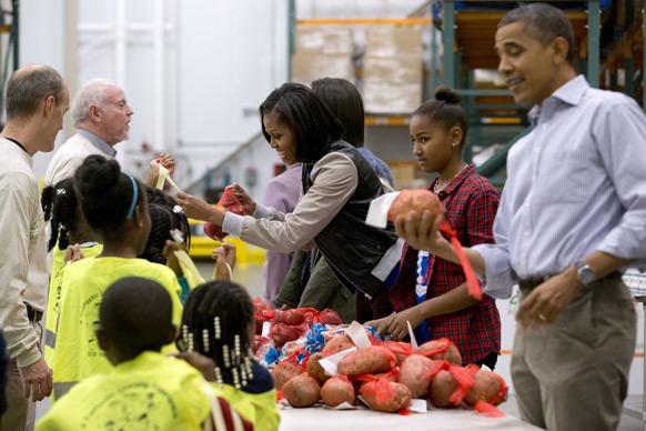 वाशिंगटन में अमेरिकी राष्ट्रपति बराक ओबामा और उनकी पत्नी मिशेल बच्चों से मुखातिब होती हुई।