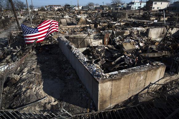 न्यूयार्क में थैंक्स गिविंड डे के मौके पर कुछ लोगों ने अमेरिकी झंडे को फेंक दिया।
