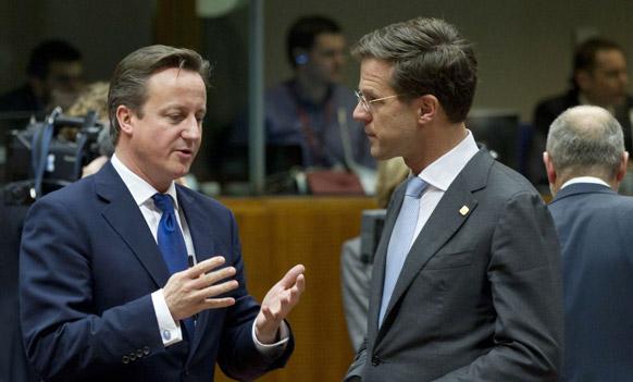 ब्रिटीश पीएम डेविड कैमरन ब्रुसेल्स में नीदरलैंड के प्रधानमंत्री से बातचीत करते हुए।