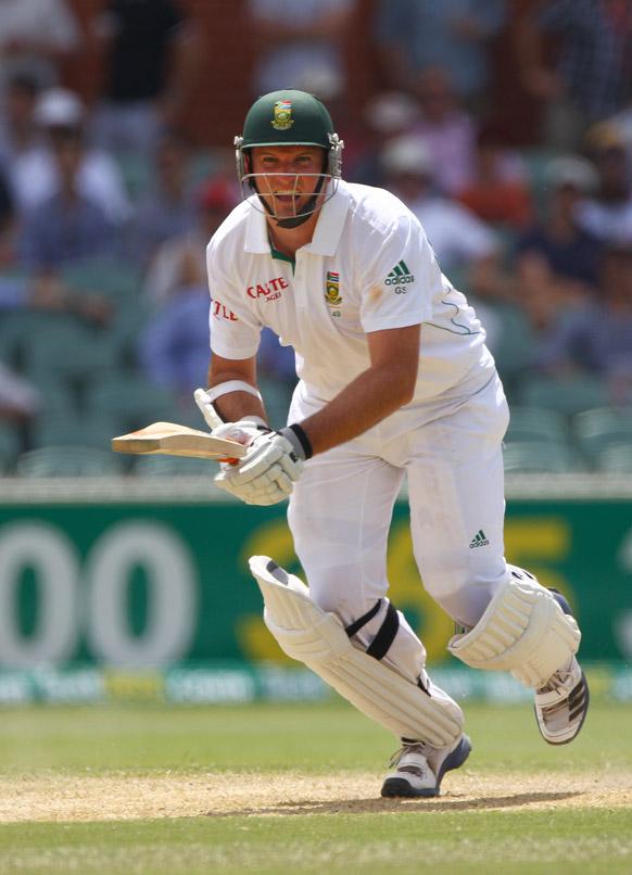 एडिलेड में दक्षिण अफ्रीका के कप्तान ग्रीम स्मिथ शॉट खेलते हुए।