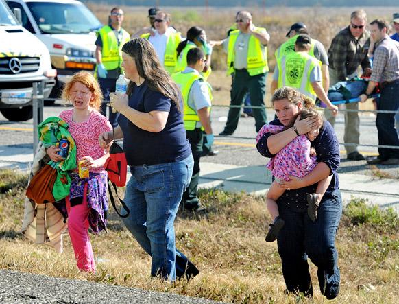 टेक्सास में दुर्घटना का स्थान छोड़कर जाता एक परिवार।