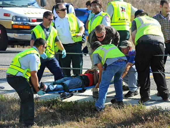 टेक्सास के दक्षिणपूर्व इलाके में सड़क दुर्घटना के बाद घायलों को ले जाते आपातकर्मी।