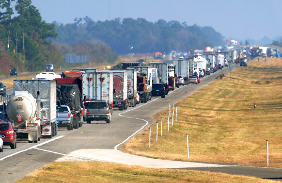 टेक्सास में सड़क हादसे की वजह से यातायात बहाल होने में काफी समय लगा।
