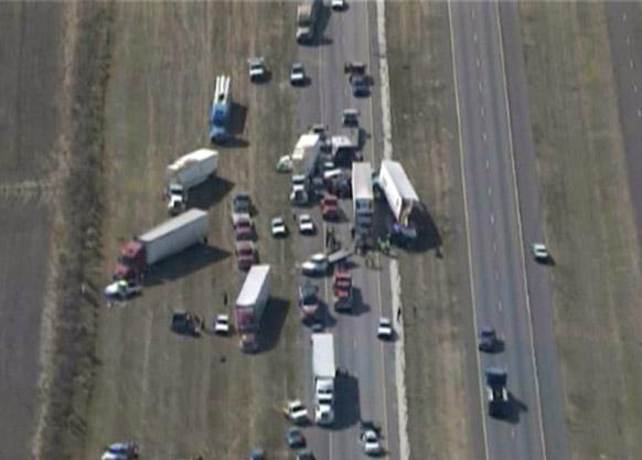 टेक्सास के दक्षिणपर्व इलाके में दुर्घटना के बाद मार्ग पर कई घंटों तक यातायात प्रभावित रहा।