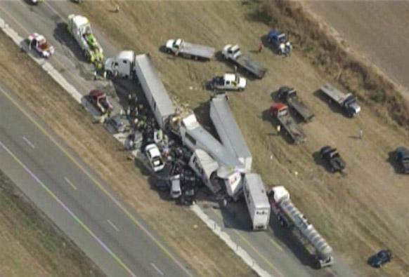 टेक्सास के दक्षिणपर्व इलाके में दुर्घटना के बाद एक-दूसरे पर चढ़े वाहन।