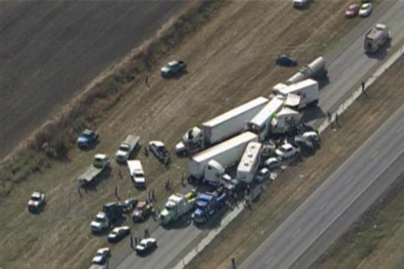 टेक्सास के दक्षिणपूर्व क्षेत्र के इंटरस्टेट 10 पर वाहनों की भिड़ंत हो गई। इस दुर्घटना में तेज गति से आरे रहे वाहन एक दूसरे पर चढ़ गए। इस हादसे में कम से कम 35 लोग घायल हुए हैं।