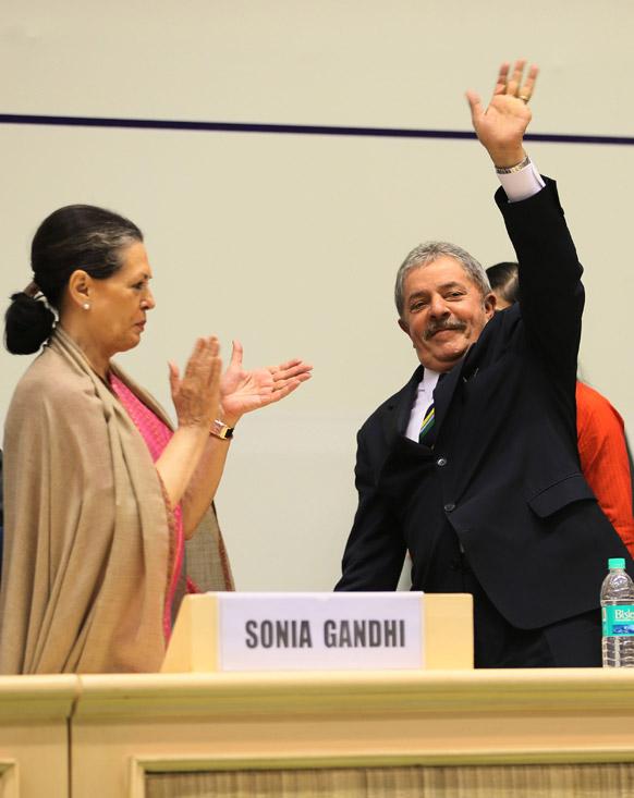 नई दिल्ली में ब्राजील के पूर्व राष्ट्रपति लुईस ईनैसियो लूला डी सिल्वा का स्वागत करतीं कांग्रेस अध्यक्ष सोनिया गांधी।