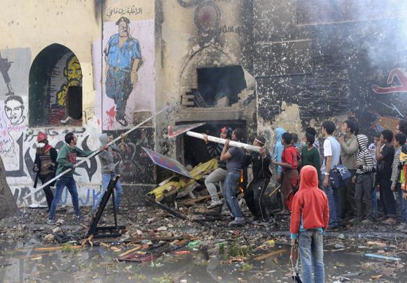 काहिरा के तहरीर चौक पर राष्ट्रपति मोहम्मद मोरसी का विरोध करते लोग।