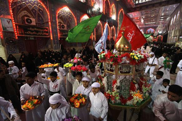 कर्बला में अशौरा के अवसर पर जियारत के लिए एकत्रित शिया मुस्लिम।