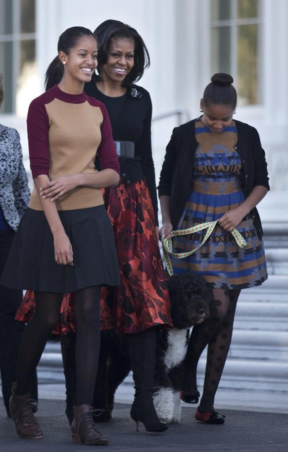ह्वाइट हाउस में अमेरिकी की पहली महिला मिशेल ओबामा अपनी पुत्रियों साशा और मालिया के साथ।