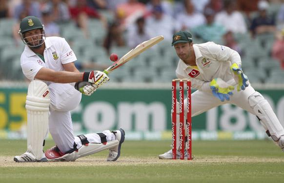 एडिलेड में तीसरे दिन आस्ट्रेलिया के खिलाफ शॉट लगाते दक्षिण अफ्रीकी बल्लेबाज जैक कैलिस।