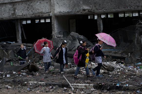 इजरायल के हवाई हमलों में गाजा पट्टी में क्षतिग्रस्त हुई एक स्कूली इमारत। आठ दिनों के संघर्ष के बाद इजरायल और हमास के बीच युद्धविराम हो गया है।