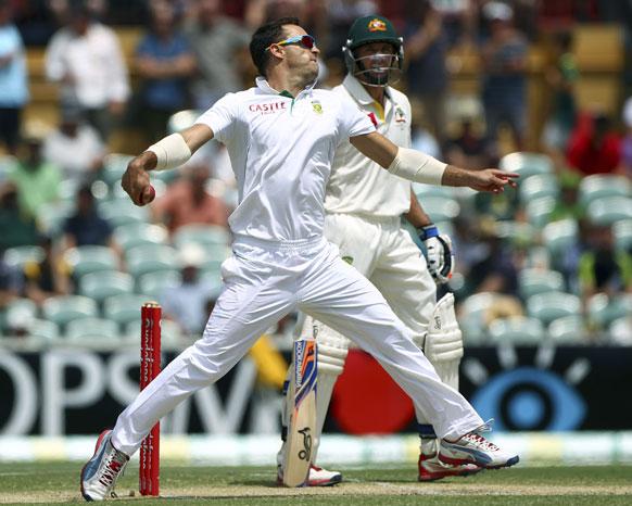 एडिलेड में टेस्ट मैच के दौरान आस्ट्रेलिया के खिलाफ गेंदबाजी करते दक्षिण अफ्रीकी गेंदबाज डुप्लेसिस।